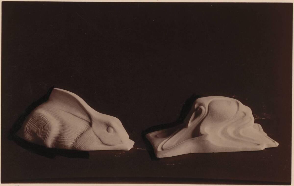 Fotografie zweier Briefbeschwerer aus Stein, einer in Form eines Hasen, beide von Johann Ruhländer (vom Bearbeiter vergebener Titel) von Ruhländer, Johann