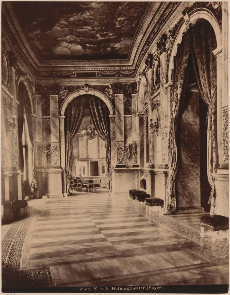 Fotografie des Foyers des K. u. k. Hofburgtheaters (Burgtheater) in Wien, von Gottfried Semper und Carl von Hasenauer von Semper, Gottfried