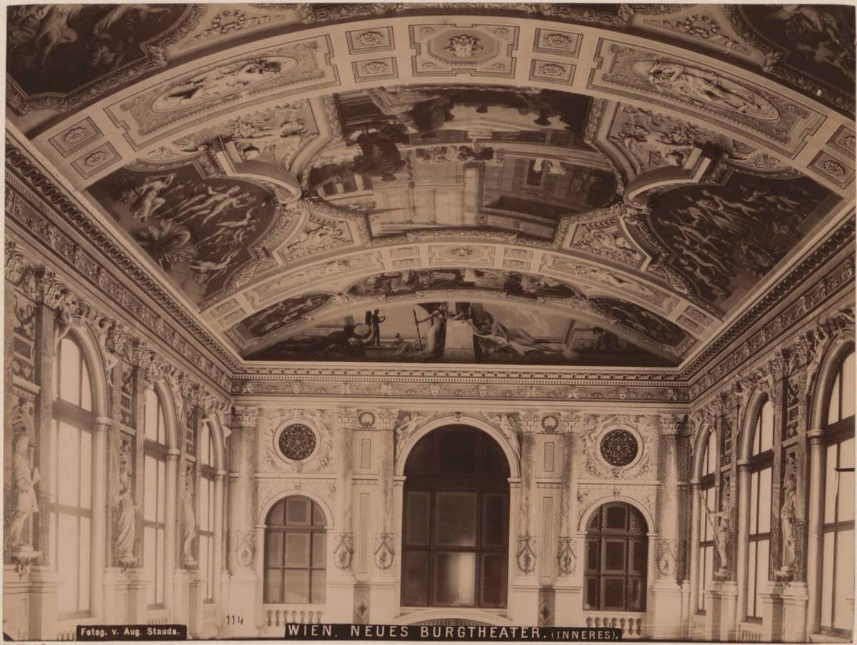 Fotografie einer Innenansicht des Neuen Burgtheaters in Wien, von Gottfried Semper und Carl von Hasenauer von Semper, Gottfried