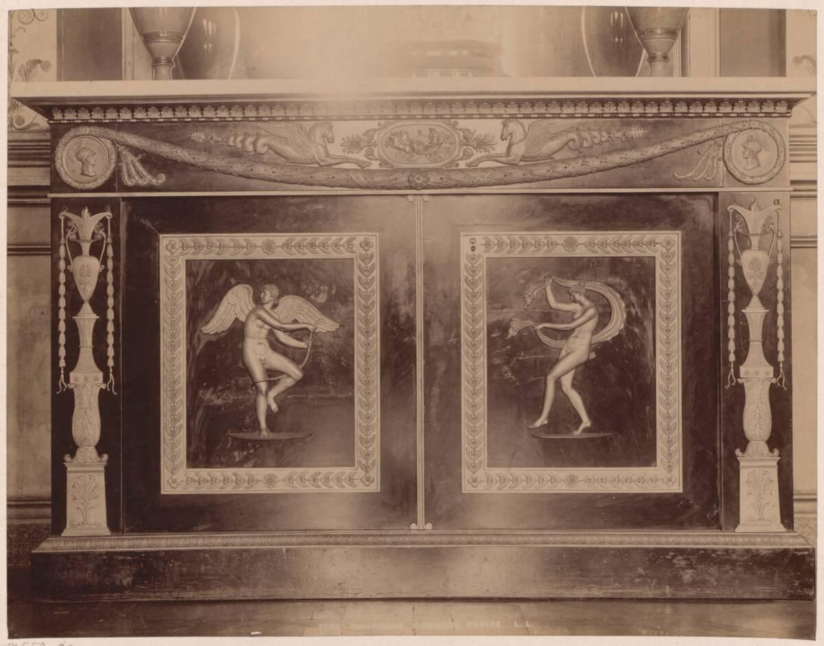 Fotografie einer Empire-Kommode aus Schloss Compiègne (vom Bearbeiter vergebener Titel) von Anonym