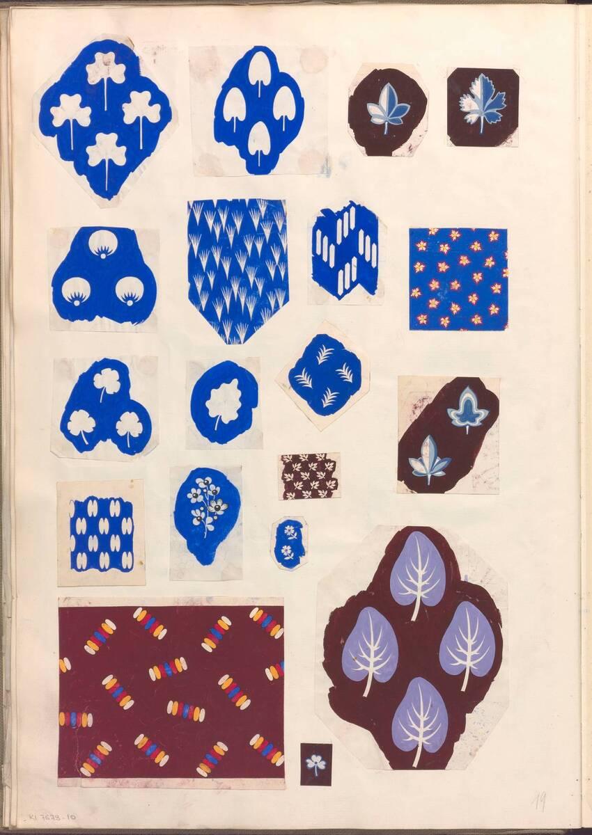 Buchseite mit 19 Ornamententwürfen aus einem Sammelband mit Originalzeichnungen für Stoff- und Tapetenmuster von Anonym