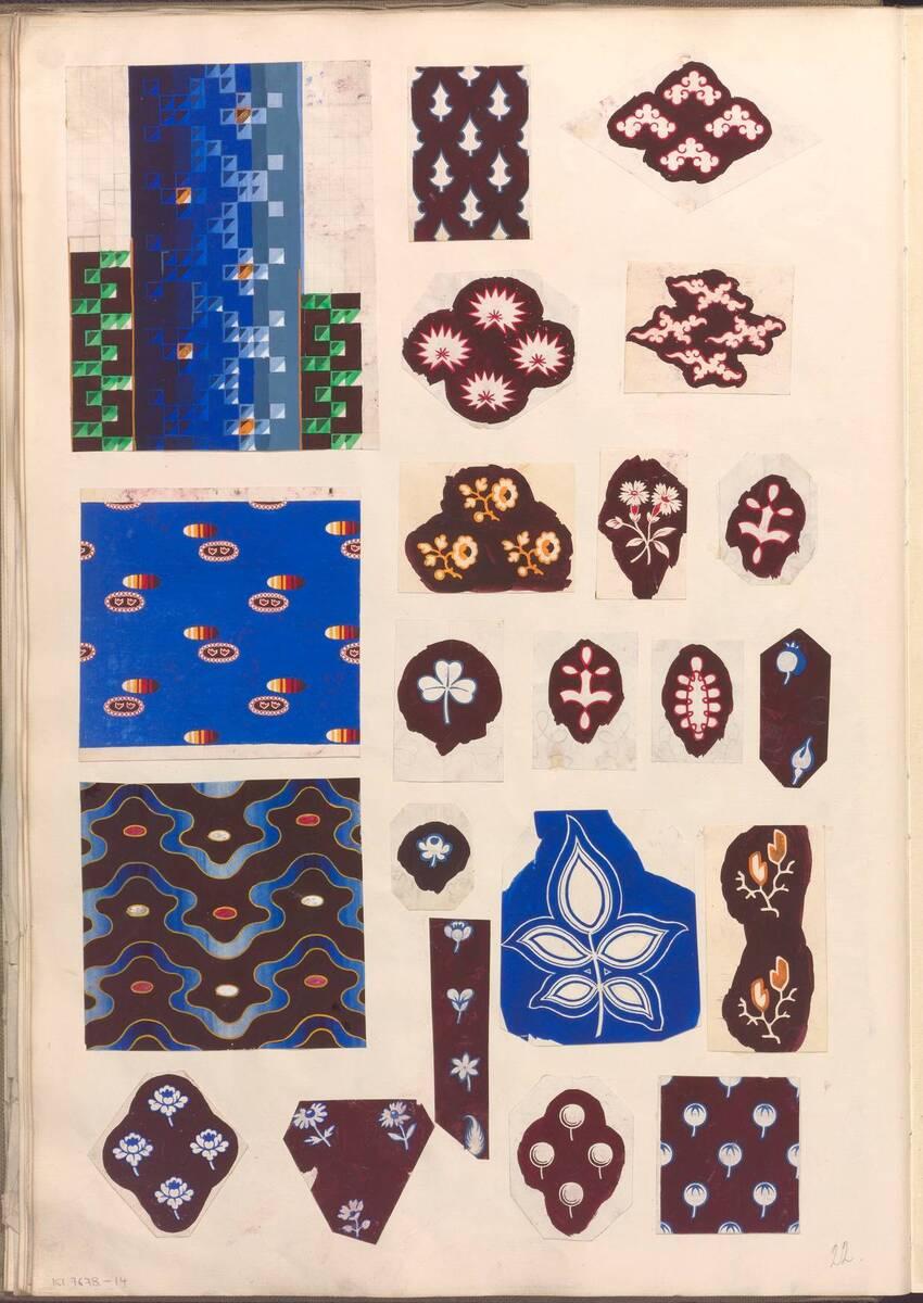 Buchseite mit 22 Ornamententwürfen aus einem Sammelband mit Originalzeichnungen für Stoff- und Tapetenmuster von Anonym