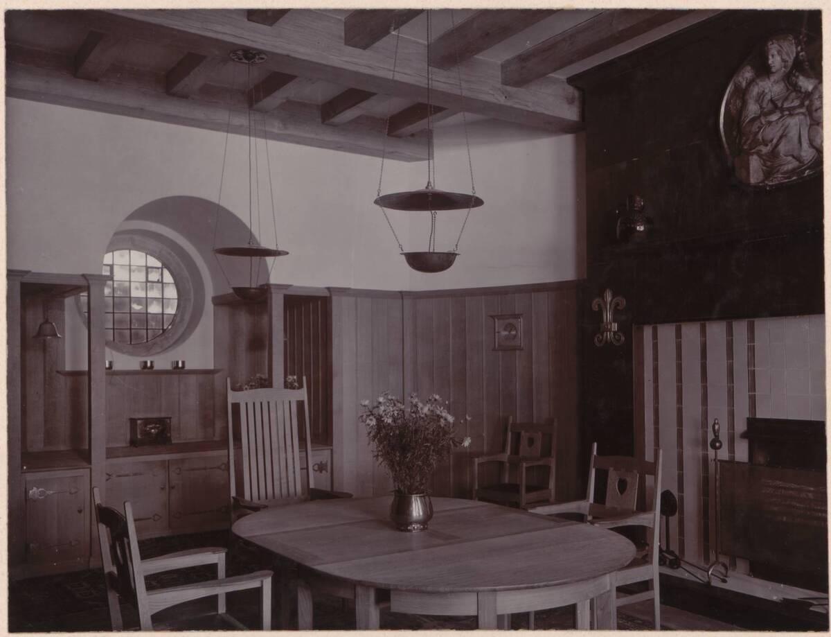 Fotografie des Speisezimmers im Garden Corner, Chelsea nach einem Entwurf von Charles F. A Voysey von Anonym
