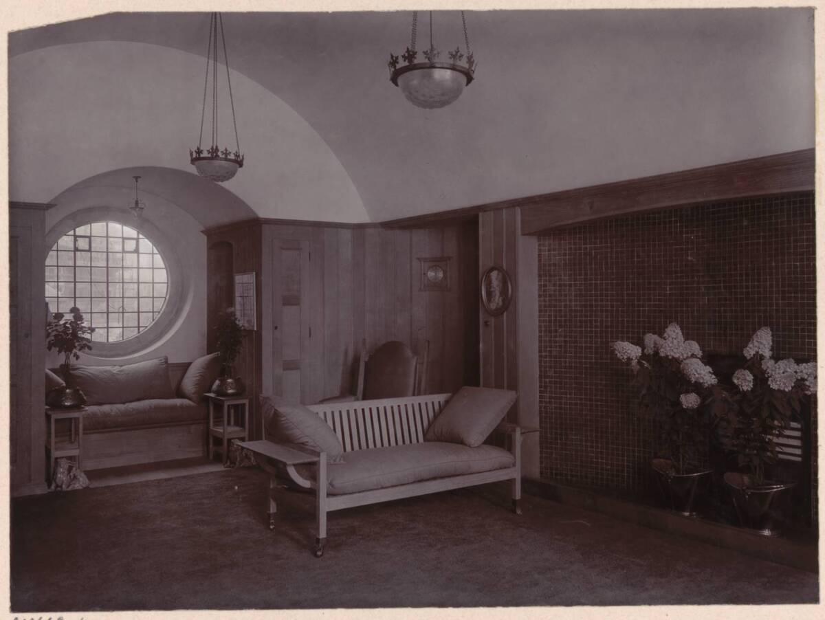 Fotografie einer Wohnzimmer-Fensternische im Garden Corner, Chelsea nach einem Entwurf von Charles F. A Voysey von Anonym