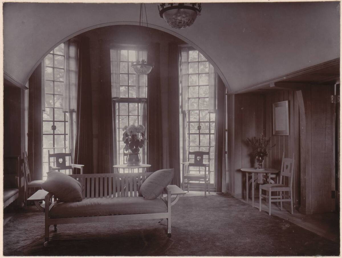 Fotografie eines Wohnzimmer-Erkers im Garden Corner, Chelsea nach einem Entwurf von Charles F. A Voysey von Anonym