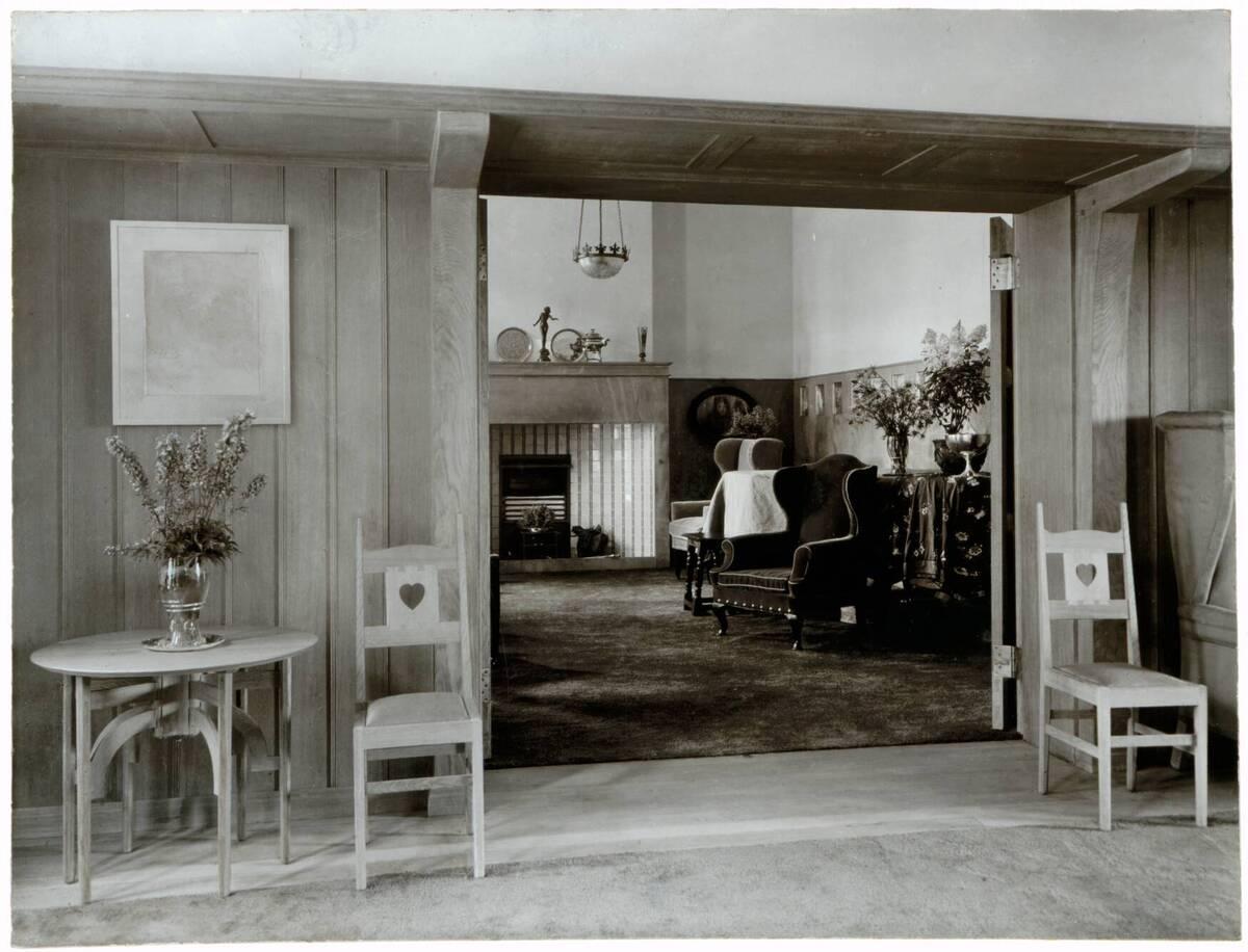 Fotografie des Wohnzimmers im Garden Corner, Chelsea nach einem Entwurf von Charles F. A Voysey von Anonym