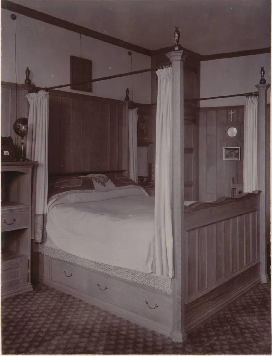 Fotografie des Schlafzimmers im Garden Corner, Chelsea nach einem Entwurf von Charles F. A Voysey (vom Bearbeiter vergebener Titel) von Anonym