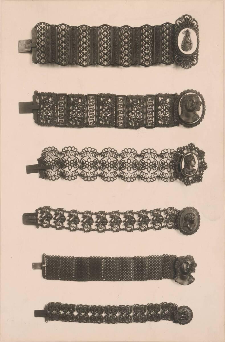 Fotografie von sechs gusseisernen Armbändern (vom Bearbeiter vergebener Titel) von Reiffenstein, Bruno