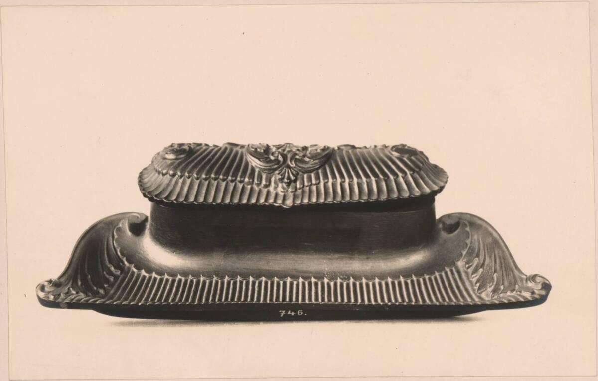 Fotografie eines gusseisernen Tintenzeugs von 1843 aus Blansko (vom Bearbeiter vergebener Titel) von Reiffenstein, Bruno