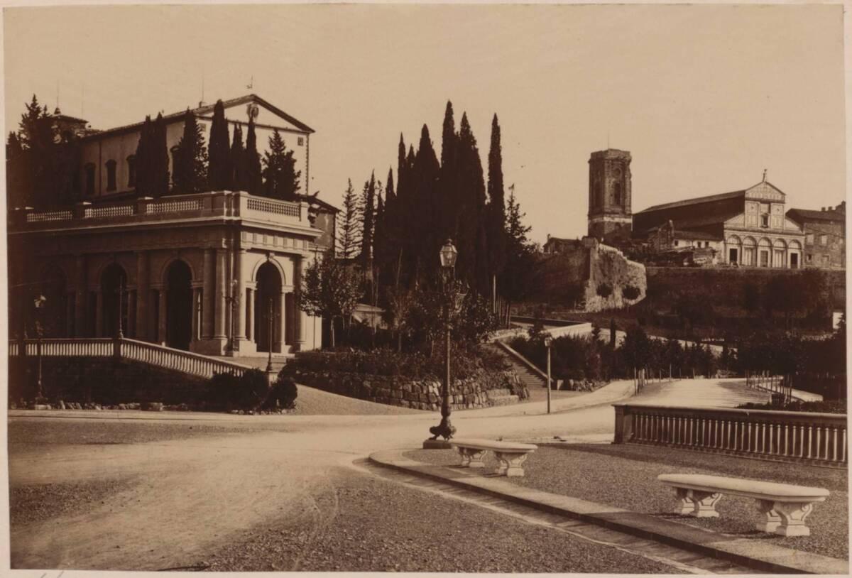 Fotografie der Piazza Michelangelo und der Basilika San Miniato al Monte im Hintergrund, in Florenz (vom Bearbeiter vergebener Titel) von Anonym