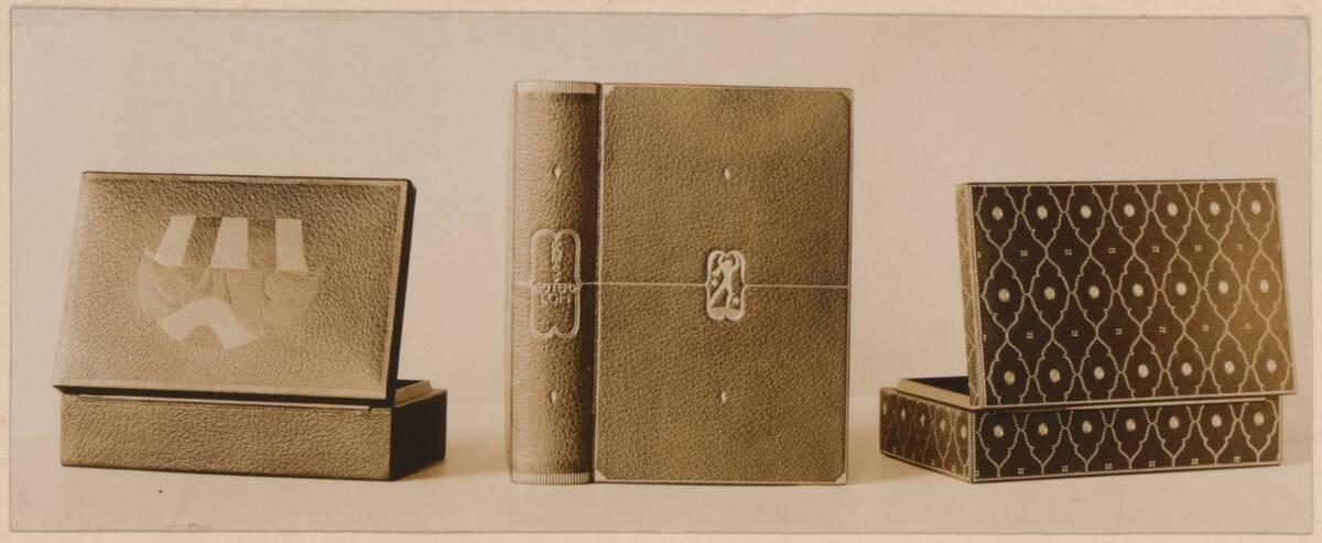 Fotografie von drei Leder-Einbänden nach Entwürfen von Josef Hoffmann, ausgeführt von der Wiener Werkstätte (vom Bearbeiter vergebener Titel) von Tafill, Adolf
