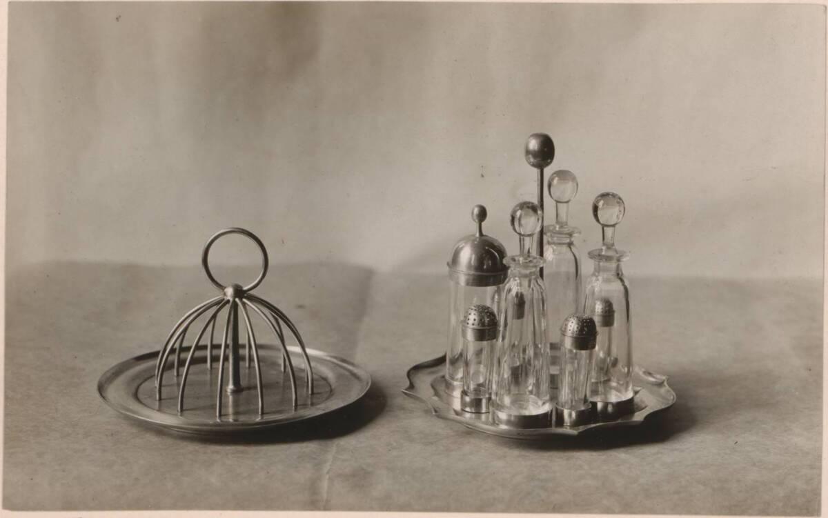 Fotografie eines Tafelgeräts aus Silber und Glas von Charles Francis Annesley Voysey (vom Bearbeiter vergebener Titel) von Anonym