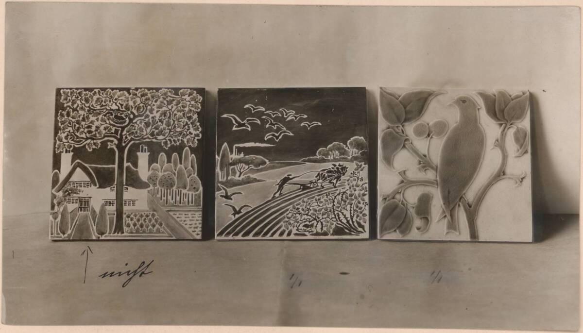 Fotografie von drei Kaminkacheln nach einem Entwurf von C. F. A. Voysey von Anonym