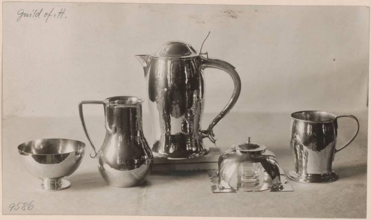 Fotografie eines Kaffeeservices nach Entwurf von Charles F. A. Voysey, ausgeführt von der Guild of Handicraft in Birmingham von Anonym