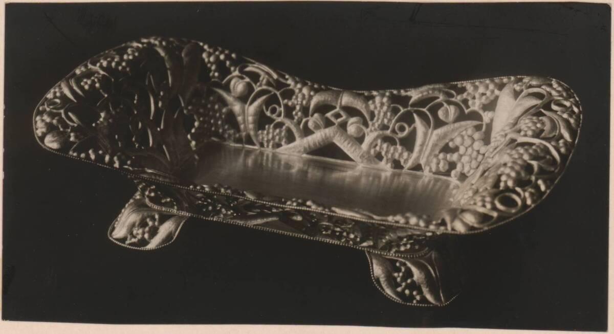 Fotografie einer silbernen Korbs nach Entwurf von Dagobert Peche, ausgeführt von der Wiener Werkstätte (vom Bearbeiter vergebener Titel) von Anonym