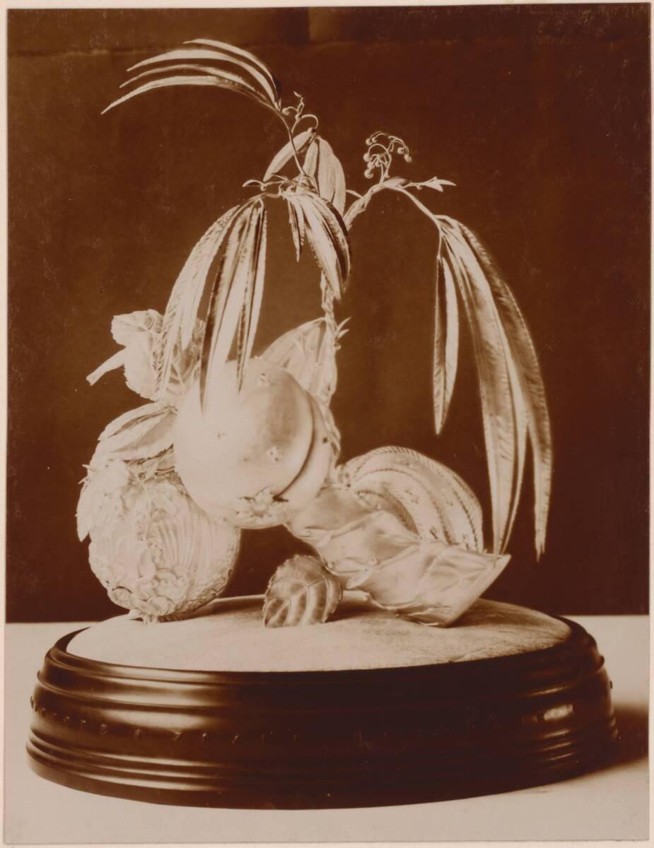 Fotografie des Ehrengeschenks für Joseff Hoffmann nach Entwurf von Dagobert Peche, ausgeführt von der Wiener Werkstätte (vom Bearbeiter vergebener Titel) von Anonym