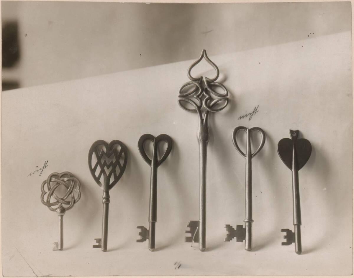 Fotografie von diversen Schlüsseln nach Entwürfen von Charles Francis Annesley Voysey von Anonym