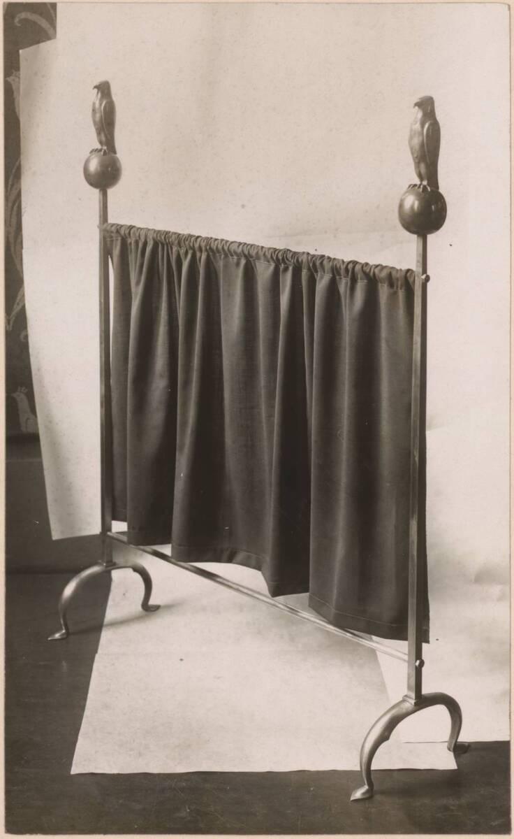 Fotografie eines Ofenschirms von C. F. A. Voysey von Elsley & Co.