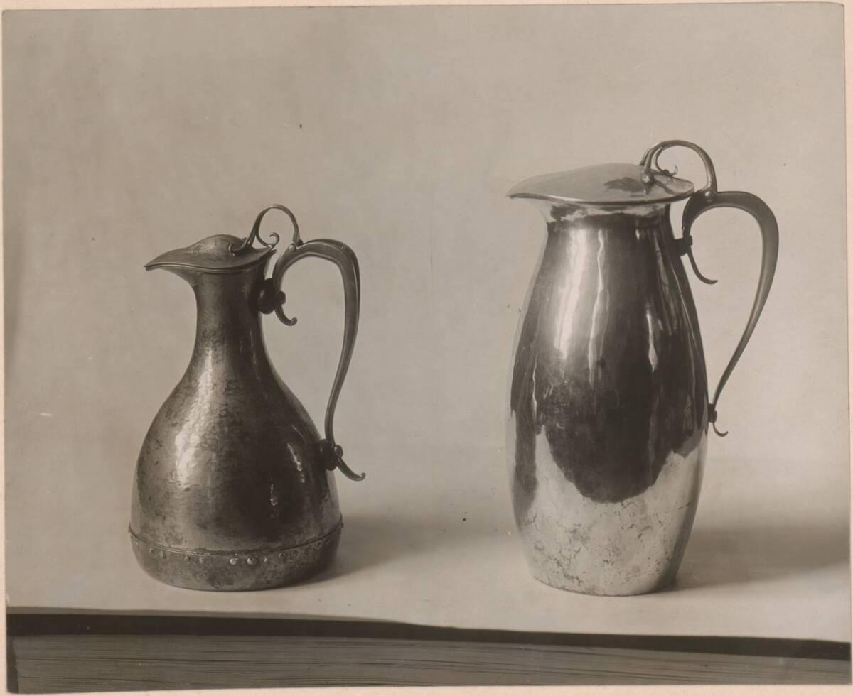 Fotografie von zwei versilberten Wasserkrügen aus Kupfer nach einem Entwurf von C. F. A. Voysey, ausgeführt von Bambridge Reynolds von Anonym