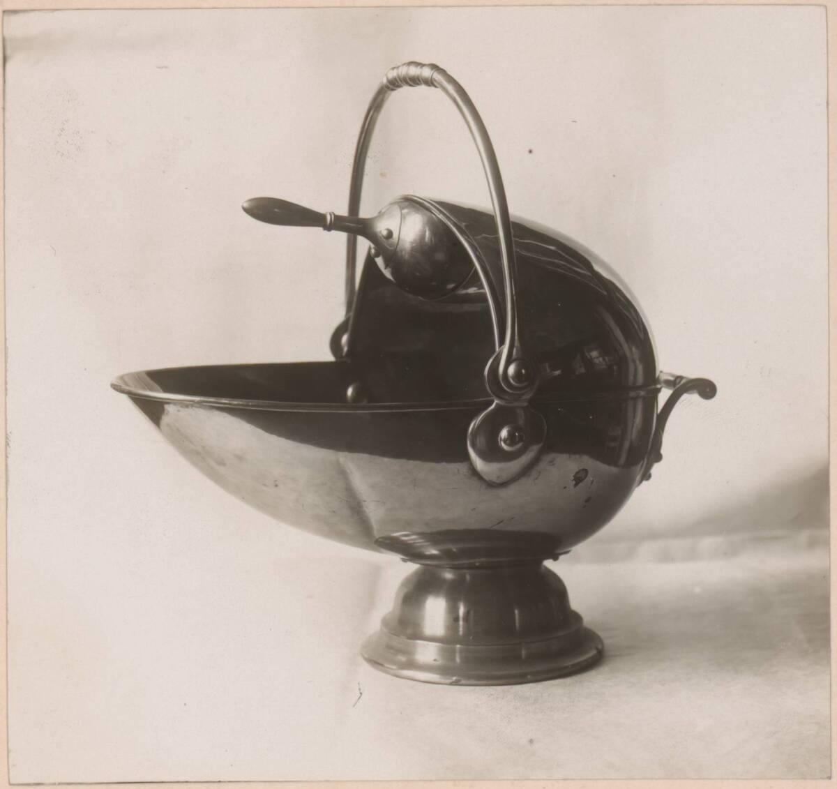 Fotografie eines Kohlenkübels nach einem Entwurf von Charles Voysey, ausgeführt von Elsley & Co. von Elsley & Co.