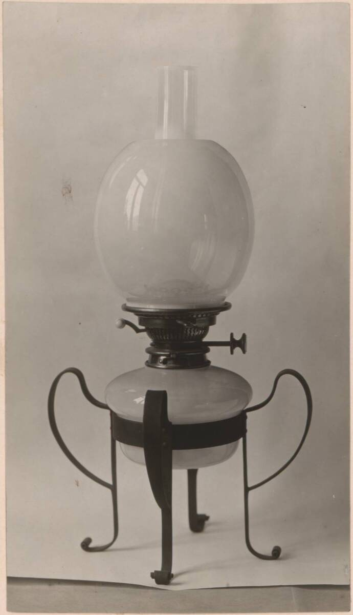Fotografie einer Lampe aus Opalglas von Powell & Sons, mit einem eisernen Gestell von Charles F. A. Voysey von Anonym