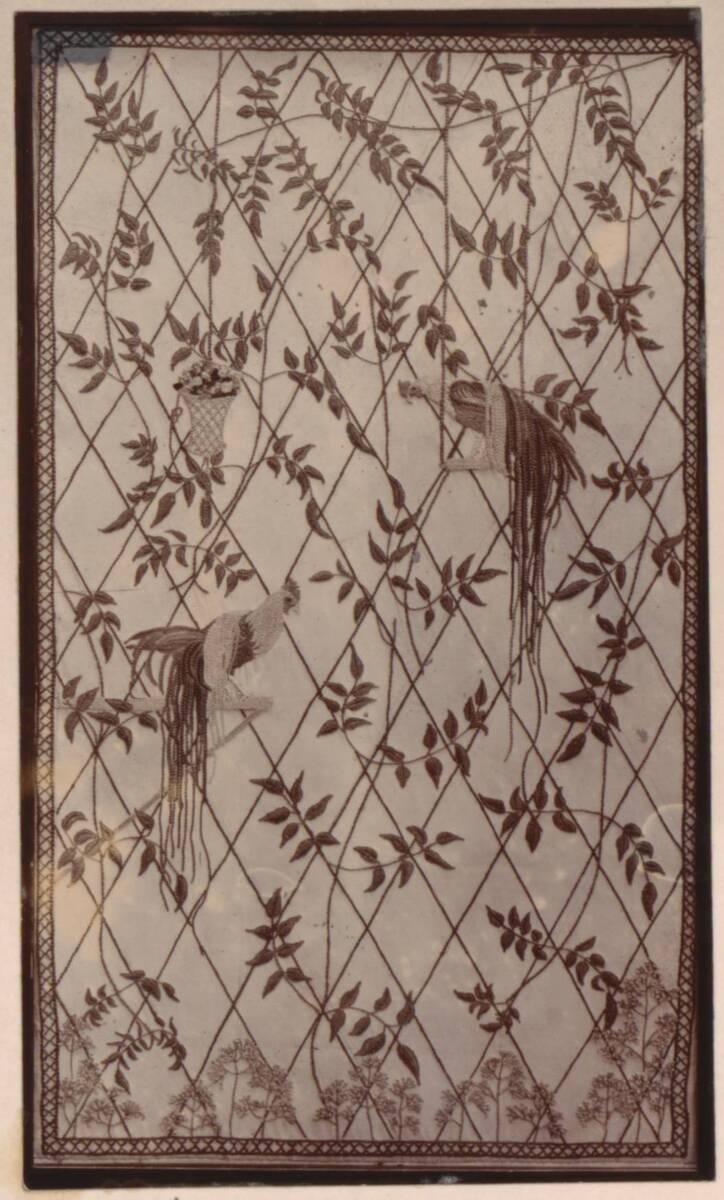 Fotografie eines Polster nach einem Entwurf von C. F. A. Voysey, gestickt von Reynolds Stevens von Anonym