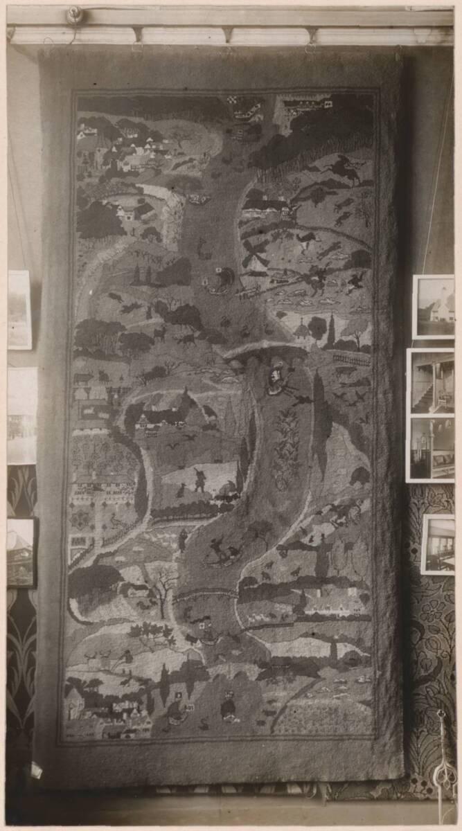 Fotografie eines Wilton-Teppichs nach einem Entwurf von Charles Francis Annesley Voysey von Voysey, Charles Francis Annesley