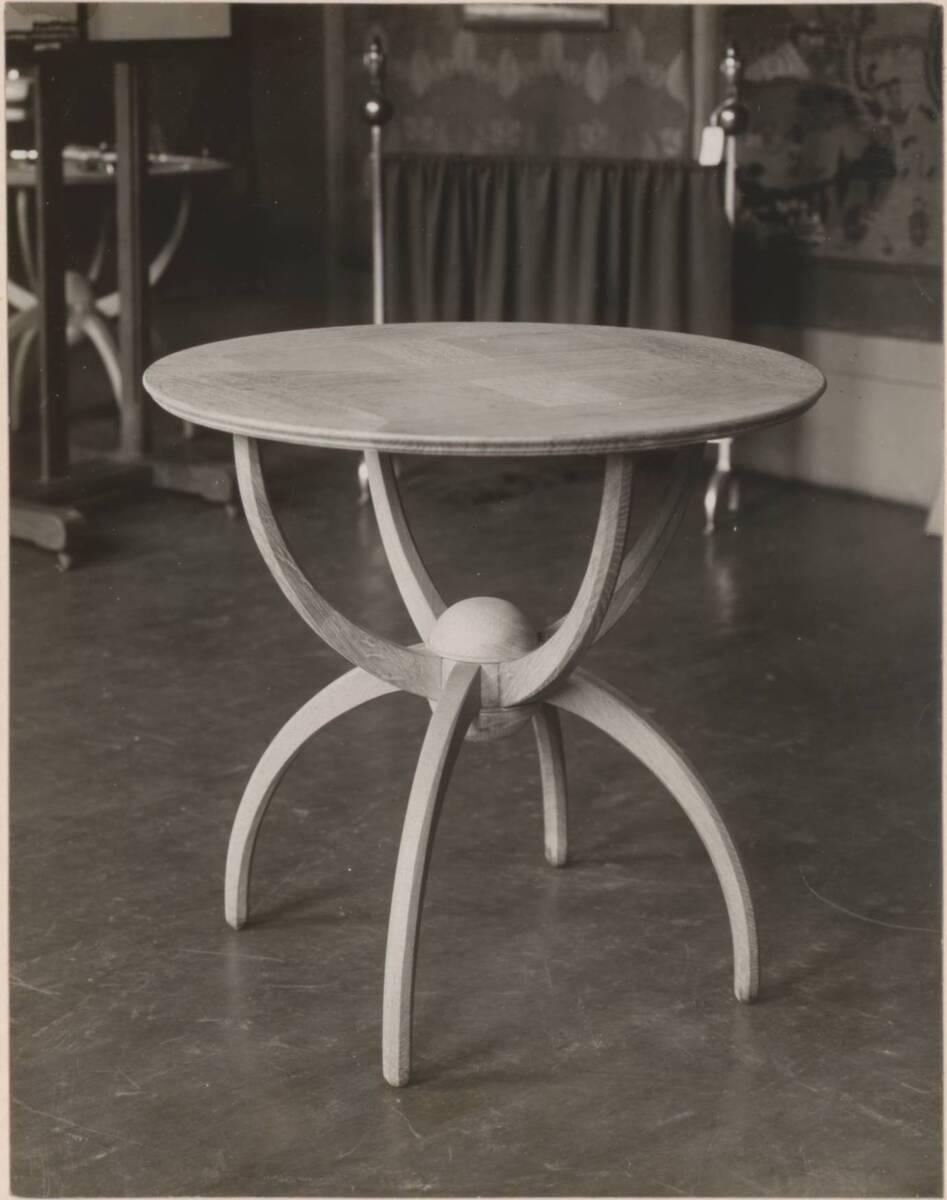 Fotografie eines runden Eichenholz-Tisches nach einem Entwurf von Charles Francis Annesley Voysey von Anonym