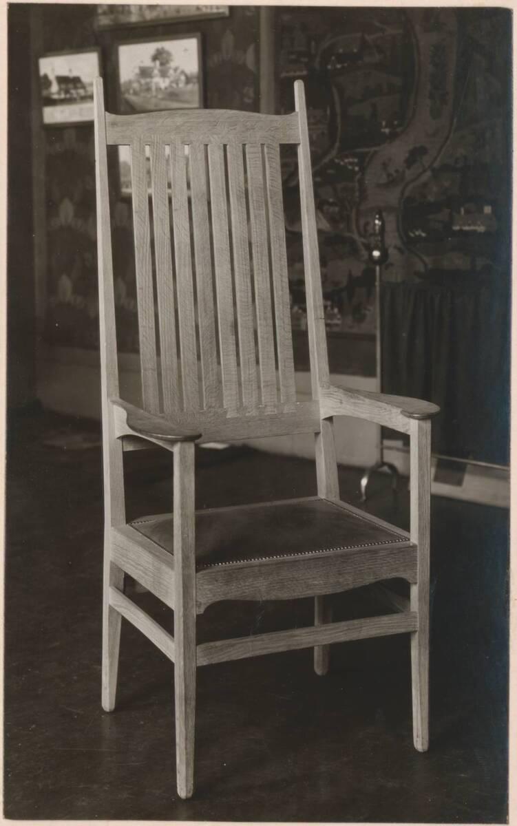 Fotografie eines Armlehnsessels nach einem Entwurf von C. F. A. Voysey, ausgeführt von Elsley & Co. von Anonym