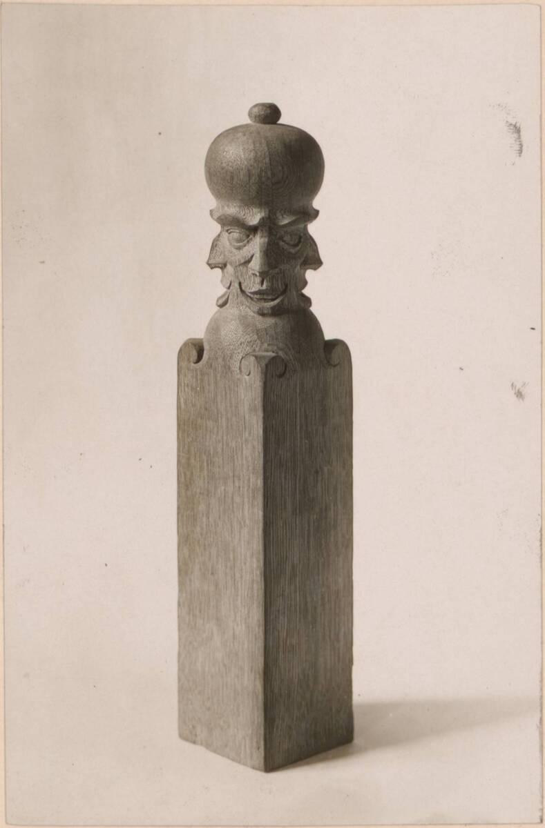 Fotografie eines Endpfostens für eine Innenstiege nach einem Entwurf von Charles Francis Annesley Voysey von Anonym