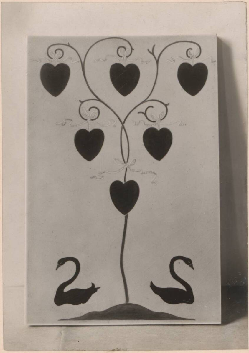 Fotografie einer Kachel mit Herzen und Schwänen nach einem Entwurf von C. F. A. Voysey von Anonym