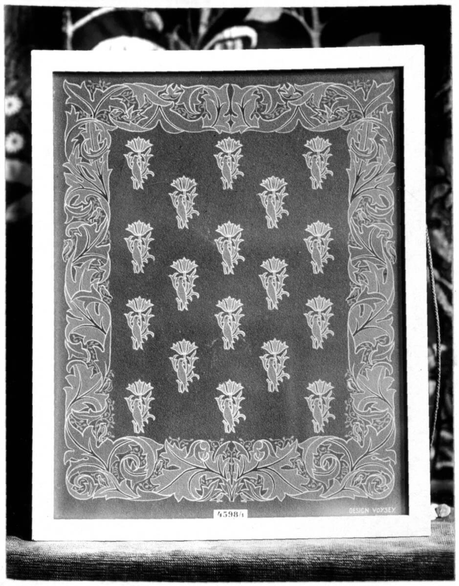 """Fotografie eines """"Wilton-Teppichs"""" von C. J. A. Voysey von Anonym"""