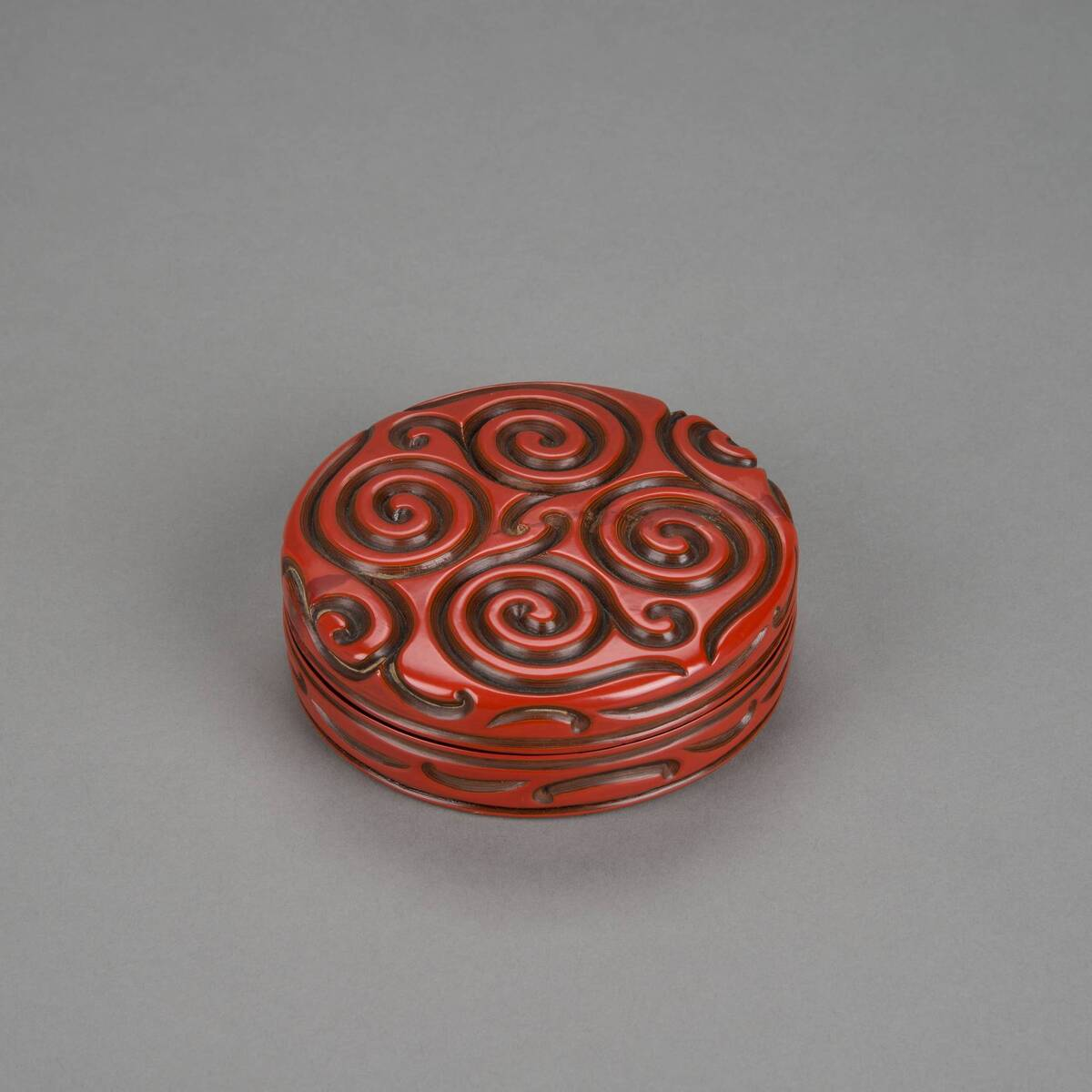 Deckeldose, Kosmetikdose mit tixi/guri Dekor in Rotlack mit nachträglich eingesetztem Kompass von Anonym