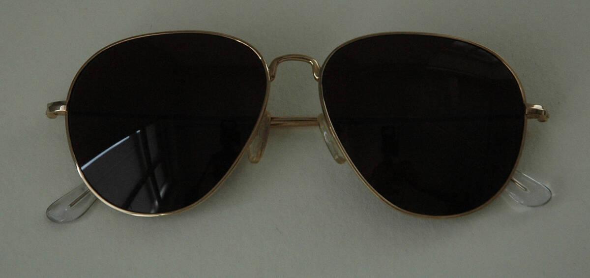 Sonnenbrille - gold (deskriptiver Titel) von Lang, Helmut