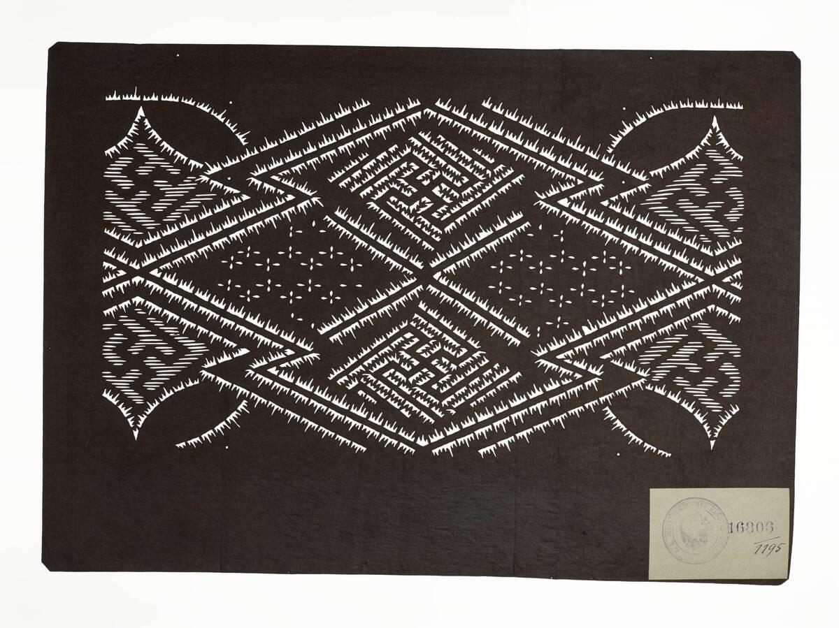 Teil eines Sets (hazure はずれ), matsukawabishi 松皮菱 mit Swastika in Plisseebatik (orinui shibori 折り縫い絞り)-Muster und Blumen (Einzelblatt) von Anonym