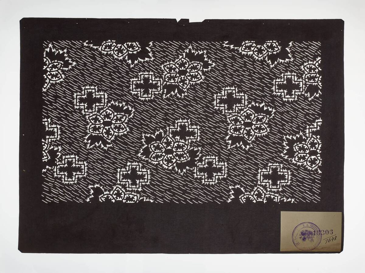 Teil eines Sets (hazure はずれ), Blumen und Kreuze mit Konturen aus Plisseebatik (orinui shibori 折り縫い絞り)-Muster auf schraffierter Fläche (Einzelblatt) von Anonym