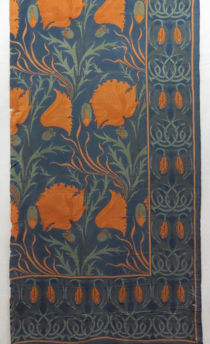 Große orangefarbene Mohnblumen und Blütenranke auf blauem Grund von Voysey, Charles Francis