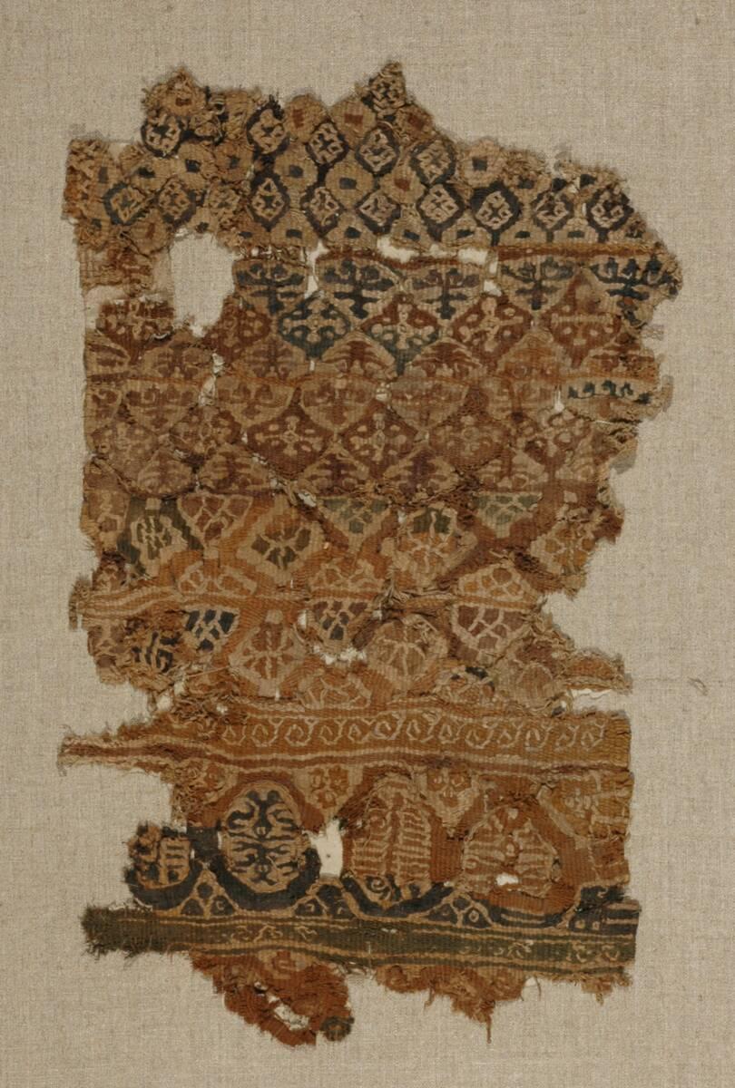 Wollgewebe mit buntem Dekor aus Rauten, Kreuzen und vegetabilen Motiven (deskriptiver Titel) von Anonym