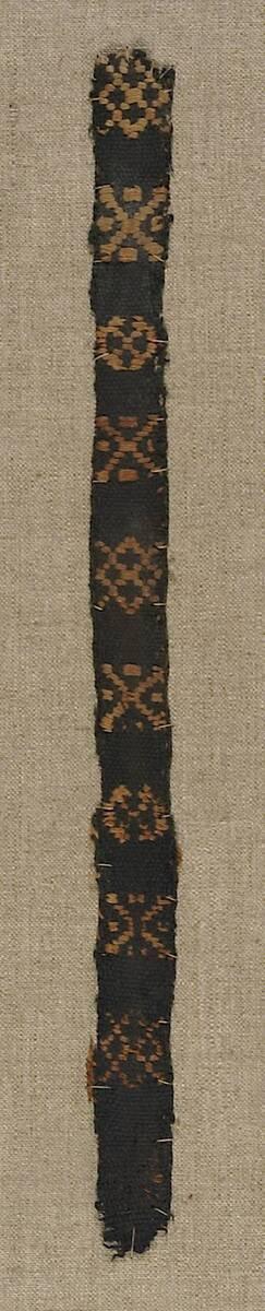 Borte mit Dekor aus hellen Kreuzen, Rauten und Medaillons (deskriptiver Titel) von Anonym