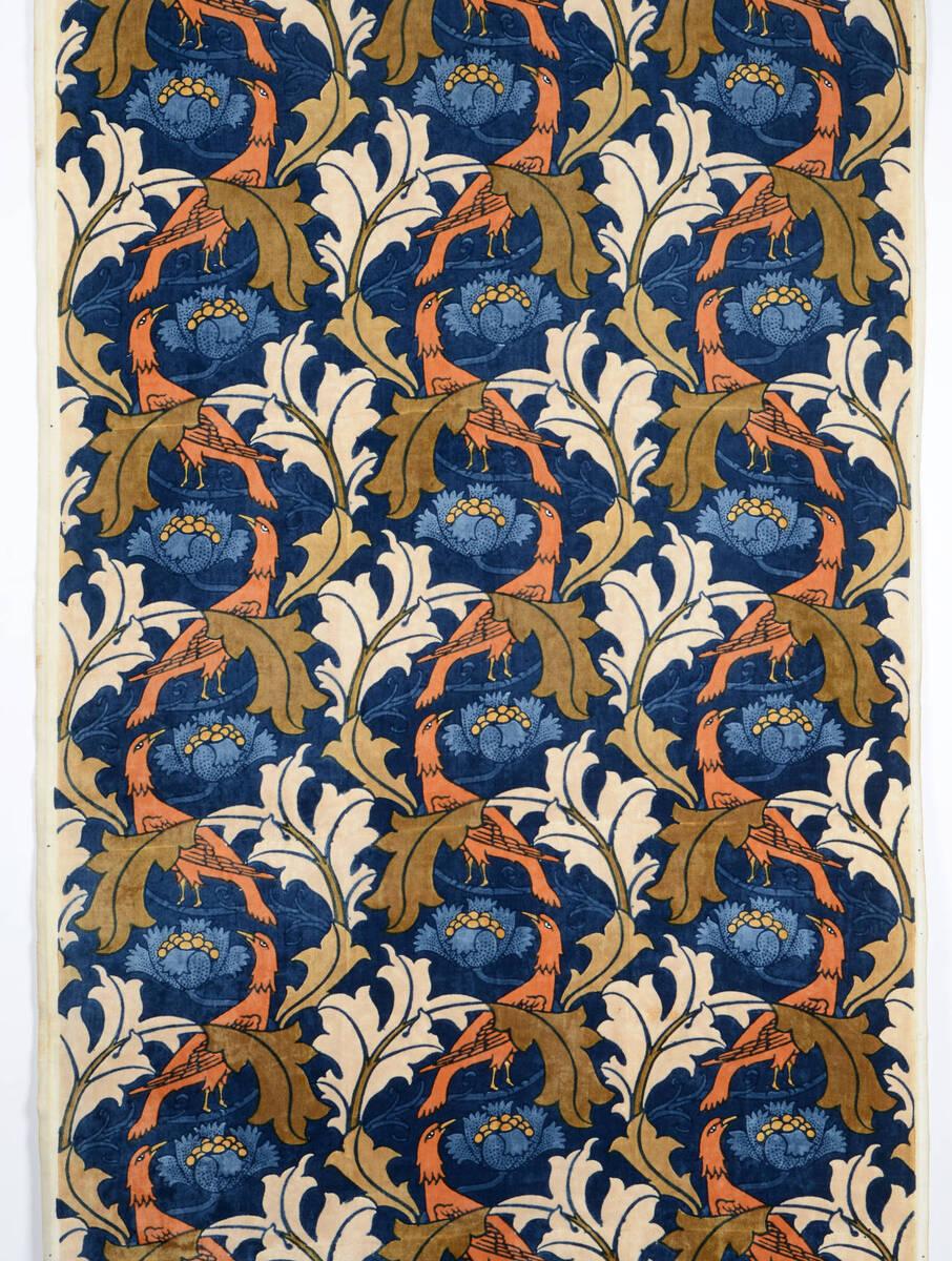 Blattranken mit gewundenen Vögel und blauen Blüten, auf dunkelblauem Grund von Voysey, Charles Francis