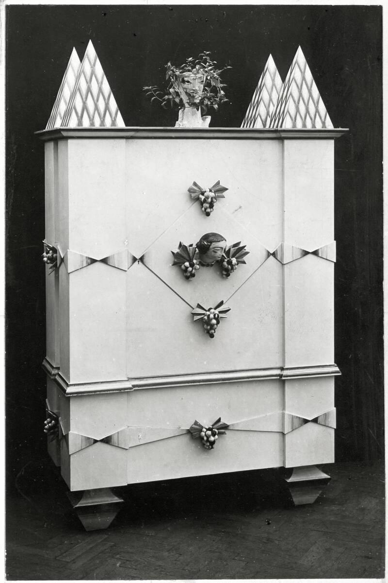 Kasten mit vier Pyramidenaufsätzen für die Kunstschau 1920 im Österreichischen Museum für Kunst und Industrie, Wien I, Wollzeile 45 (heute Weiskirchnerstraße 3) von Anonym