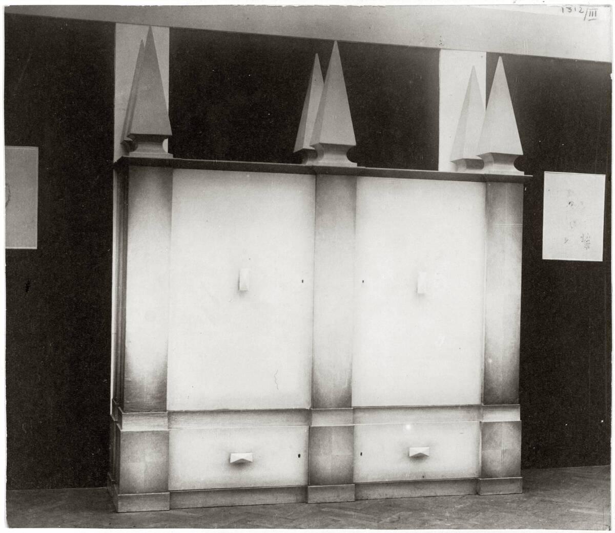 """""""Kasten mit 6 Pyramidenaufsätzen"""" für die Kunstschau 1920 im Österreichischen Museum für Kunst und Industrie, Wien I, Wollzeile 45 (heute Weiskirchnerstraße 3) von Peche, Dagobert"""