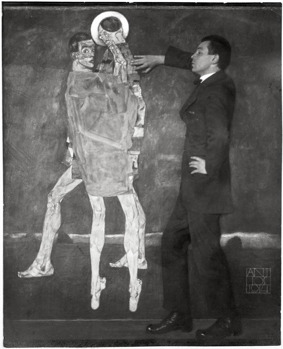 Egon Schiele vor einem seiner Gemälde von 1914 von Trčka, Antios