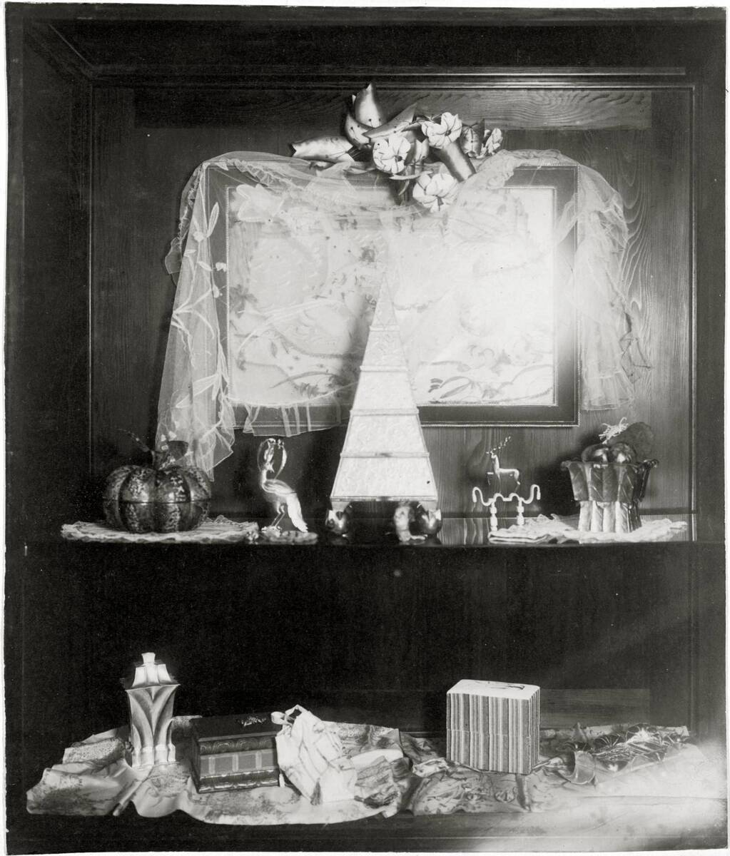 """Vitrine im Peche-Raum der Kunstschau 1920 im Österreichischen Museum für Kunst und Industrie, Wien I, Wollzeile 45 (heute Weiskirchnerstraße 3), obere Reihe von links: """"Kürbis"""" Dose, """"Vogel"""", """"Schachtelpyramide"""", """"Aufsatz mit Hirsch"""", """"Dose"""" Schmuckkassette von Peche, Dagobert"""