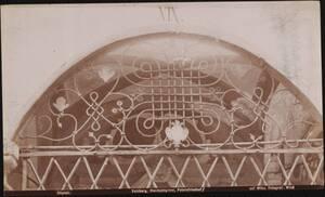 Fotografie eines Oberlichtgitters am Petersfriedhof in Salzburg (vom Bearbeiter vergebener Titel) von Wlha, Josef