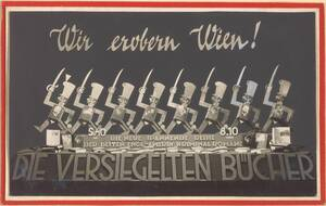 """Fotografie einer Auslagengestaltung """"Die Versiegelten Bücher"""" mit marschierenden Soldaten und Büchern, ausgeführt von der Firma Hrachowina, von 1929-1950 (vom Bearbeiter vergebener Titel) von Anonym"""