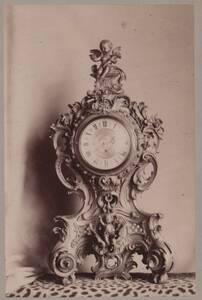 Fotografie einer Tischuhr des 18. Jahrhunderts (vom Bearbeiter vergebener Titel) von Anonym