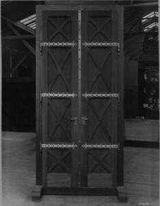 Ansicht einer Holztür der Votivkirche (vom Bearbeiter vergebener Titel) von Wiener Photographen-Association