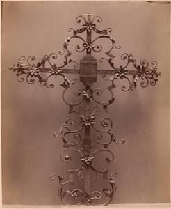 Fotografie eines eisernen Grabkreuzes des 18. Jahrhunderts (vom Bearbeiter vergebener Titel) von Angerer, Victor