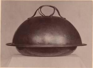 Fotografie eines silbernen Suppentopfs von 1899 von der Guild of Handicraft, London (vom Bearbeiter vergebener Titel) von Guild of Handicraft